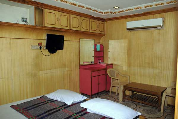 hotel-sriajantha-bedroom