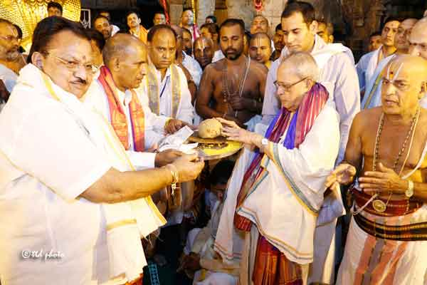 president-at-Srinivasa-temple